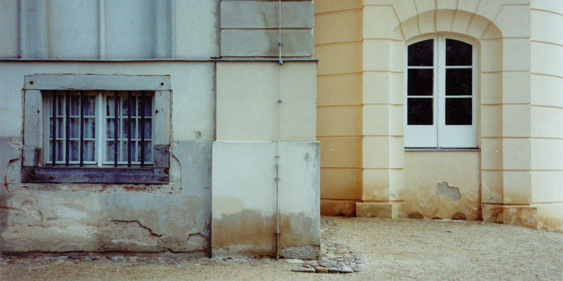 Baudenkmal mit ungeeignetem Sockelputz: starke Feuchteschäden nach der Sanierung