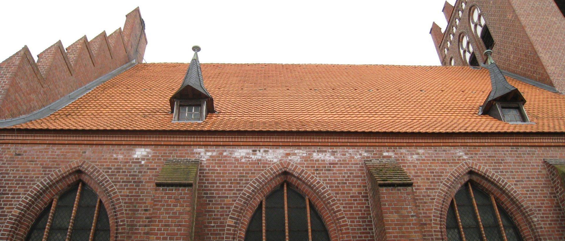 Baudenkmal ohne Dachrinne: starke Kristallisationen bauschädigender Salze nach der Sanierung