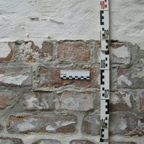 Kristallisation schädigender Salze am feuchten Mauerwerk