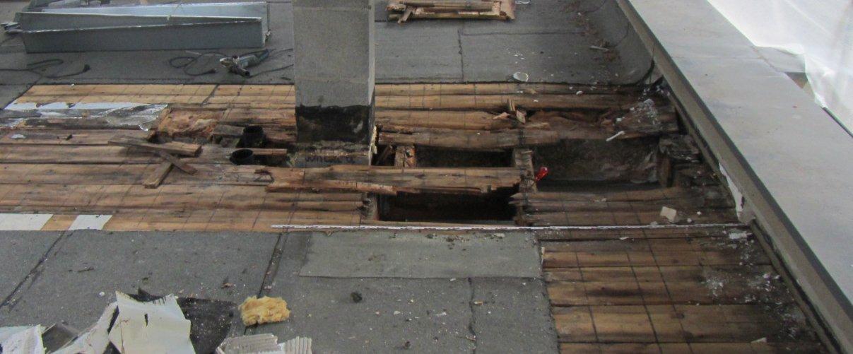 Holzflachdach-oben Der umfangreiche und starke Schaden wurde sechs Jahre nach der Fertigstellung festgestellt.