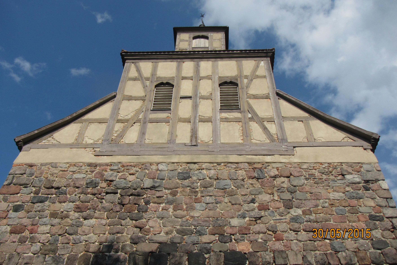 Schäden an saniertem Sichtfachwerk eines Kirchturms